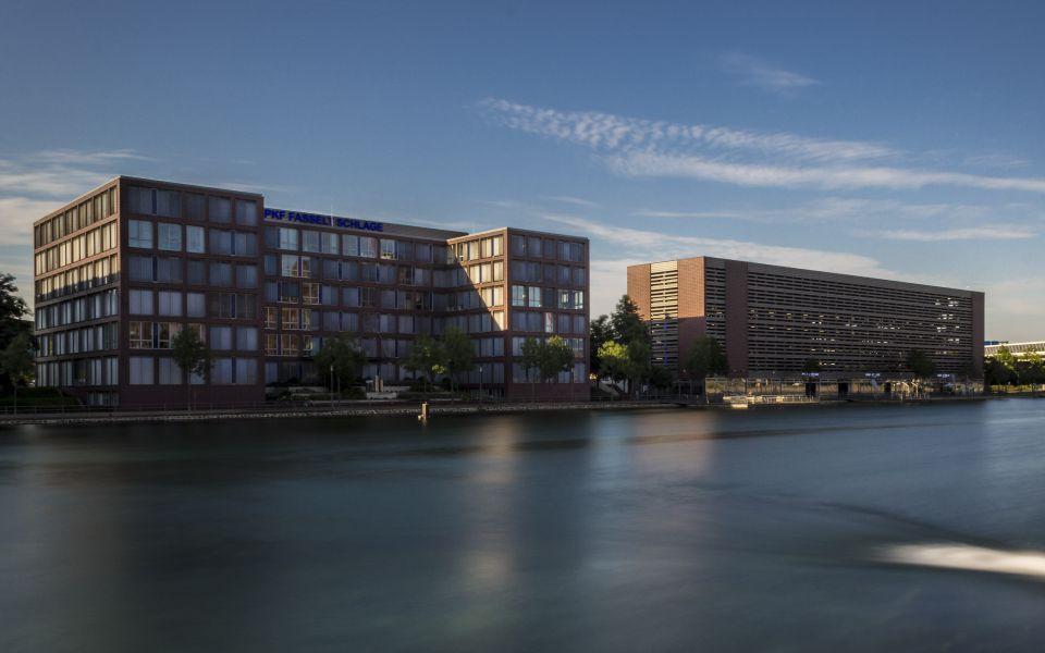 Hintergrundbild Bürogebäude und Pier Eins HDR