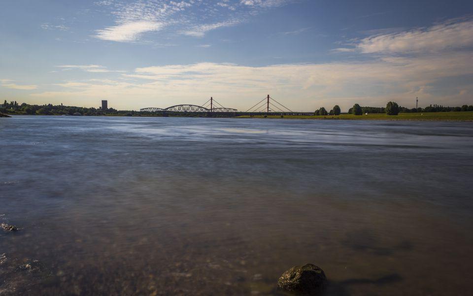 Hintergrundbild Blick zur Eisenbahnbrücke bei Duisburg