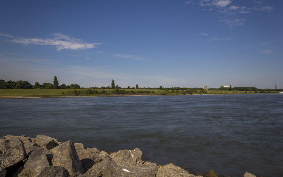 Hintergrundbild Blick zur anderen Rheinseite