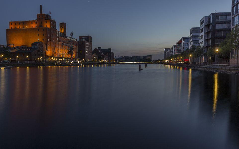 Hintergrundbild Duisburger Innenhafen am Abend