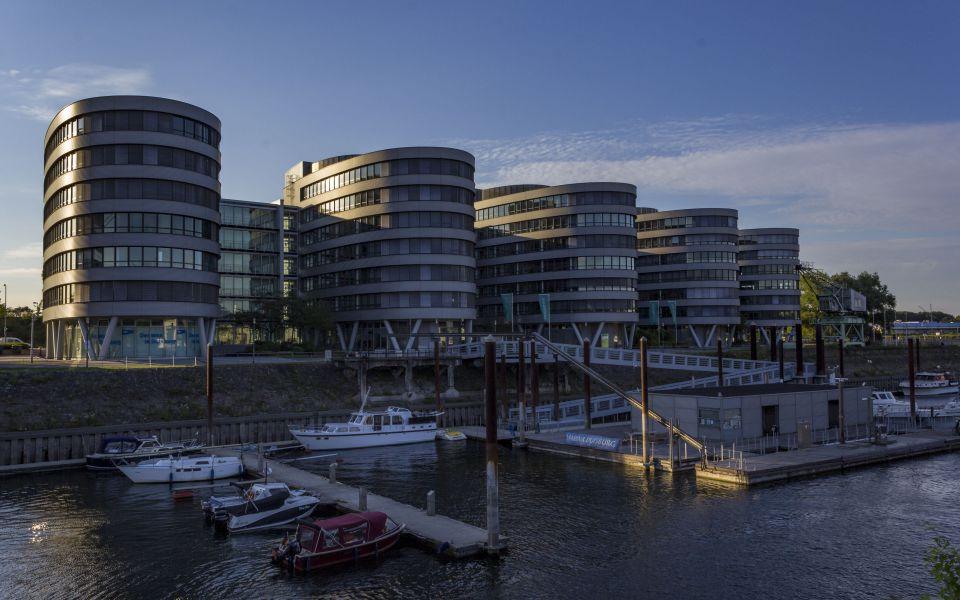 Hintergrundbild Five Boats im Abendlicht