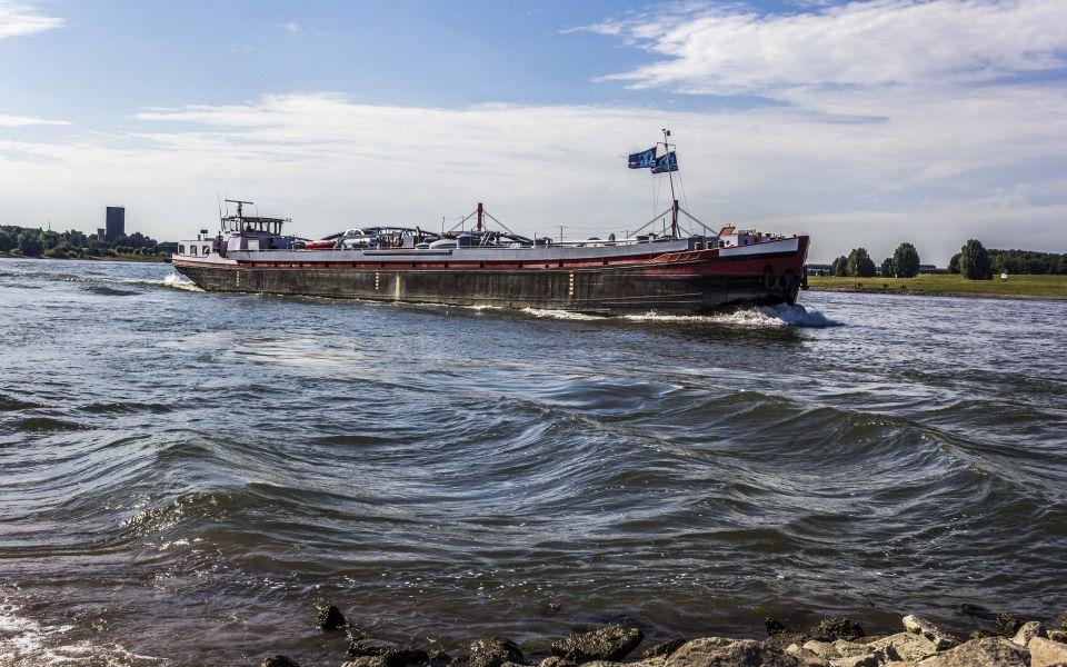 Hintergrundbild Frachtschiff auf dem Weg nach Duisburg