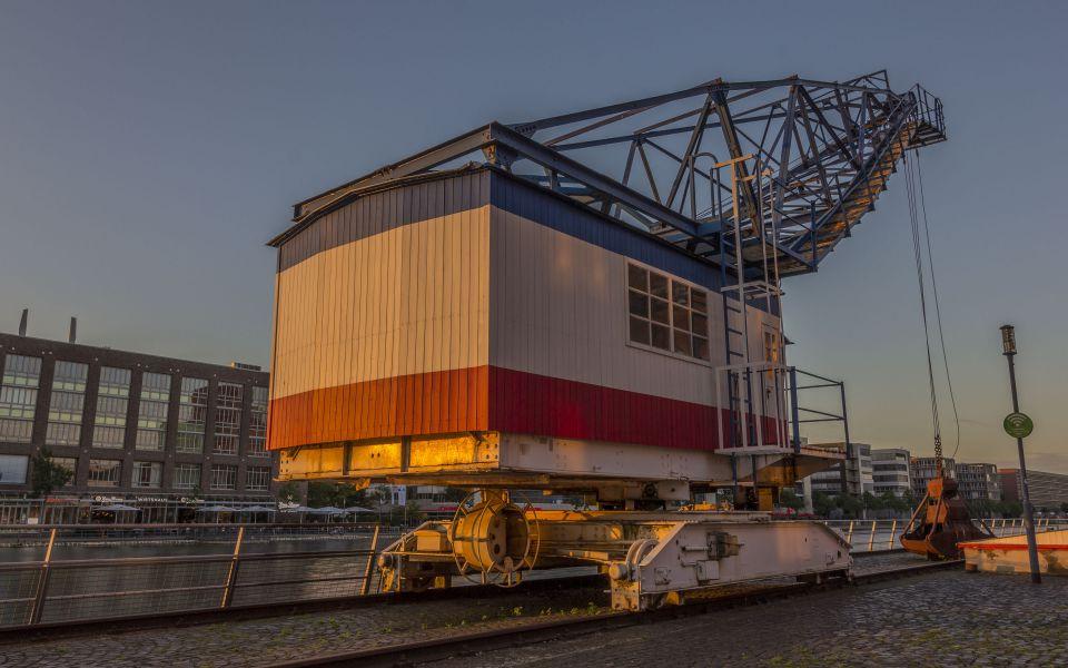 Hintergrundbild Kran vor dem Hafenforum