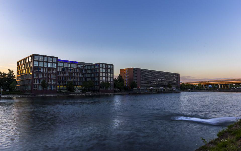 Hintergrundbild Pier Eins und Bürogebäude im Innenhafen