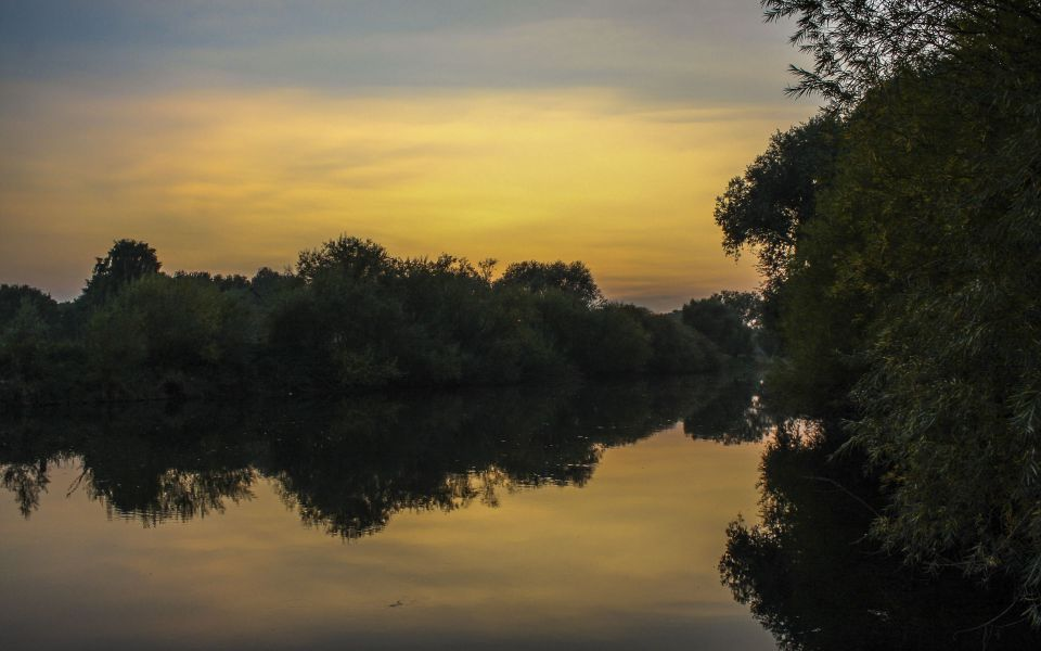 Hintergrundbild Abends am Fluss