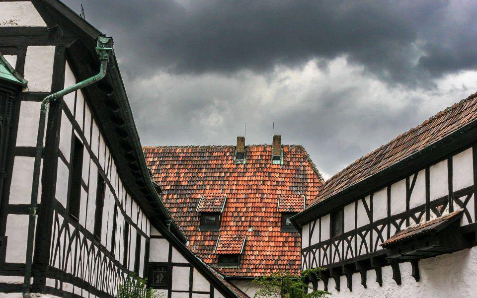 Hintergrundbild Im Burghof der Wartburg