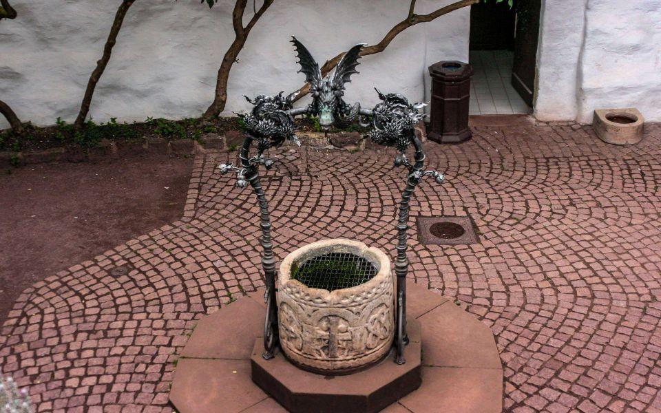 Hintergrundbild Der Wartburgbrunnen im Burghof