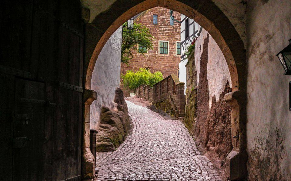 Hintergrundbild Torhaus und Weg in den Innenhof
