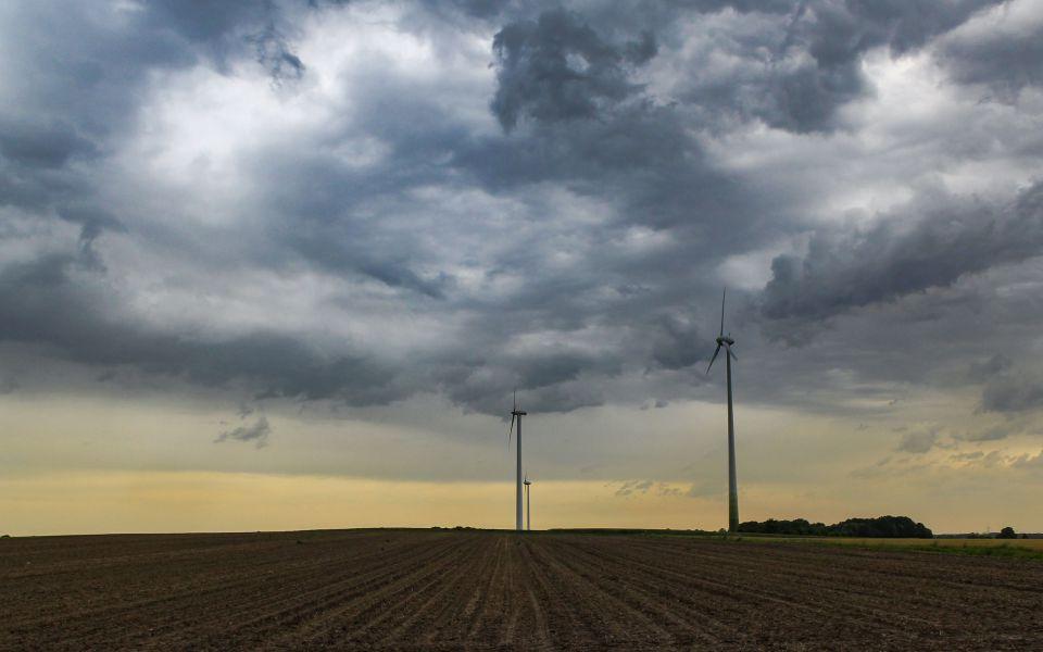 Hintergrundbild Windräder vor einem Gewitter