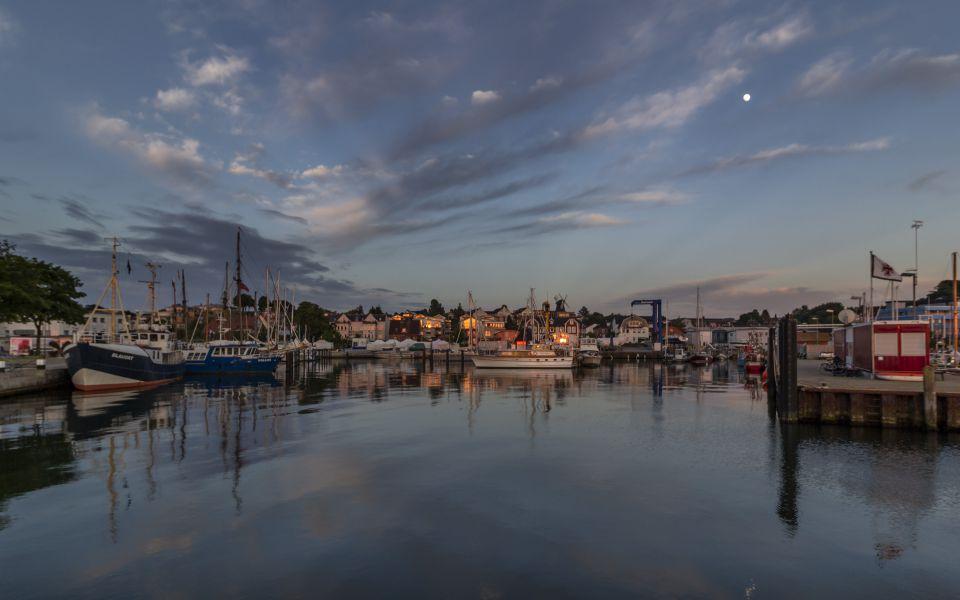 Hintergrundbild - Abends im Hafen von Laboe