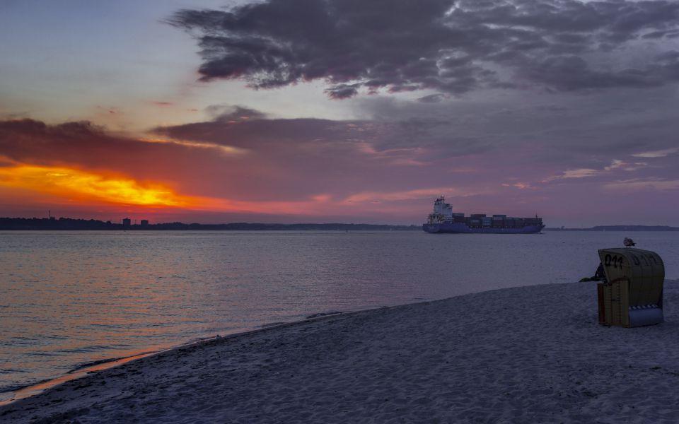 Hintergrundbild - Containerschiff Kieler Bucht