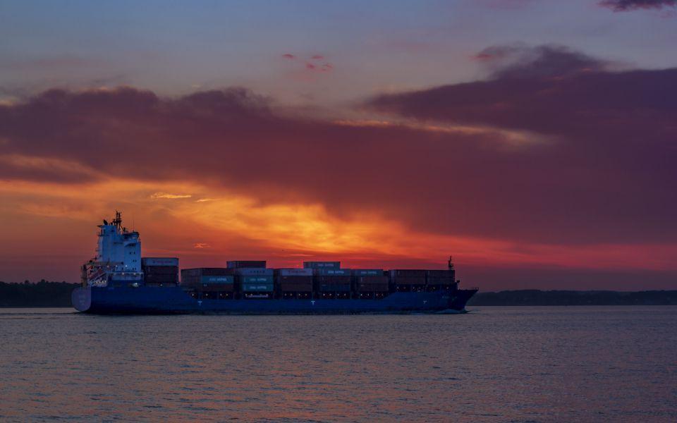 Hintergrundbild - Containerschiff vor Sonnenuntergang
