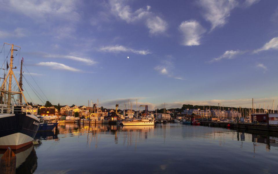 Hintergrundbild - Dämmerung im Hafen