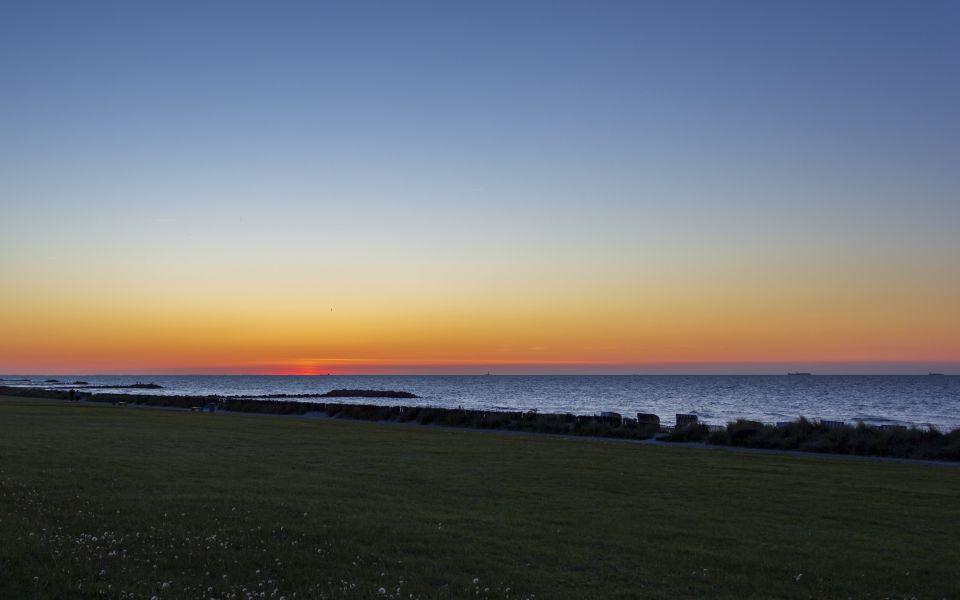 Hintergrundbild Ostseedeich nach dem Sonnenuntergang