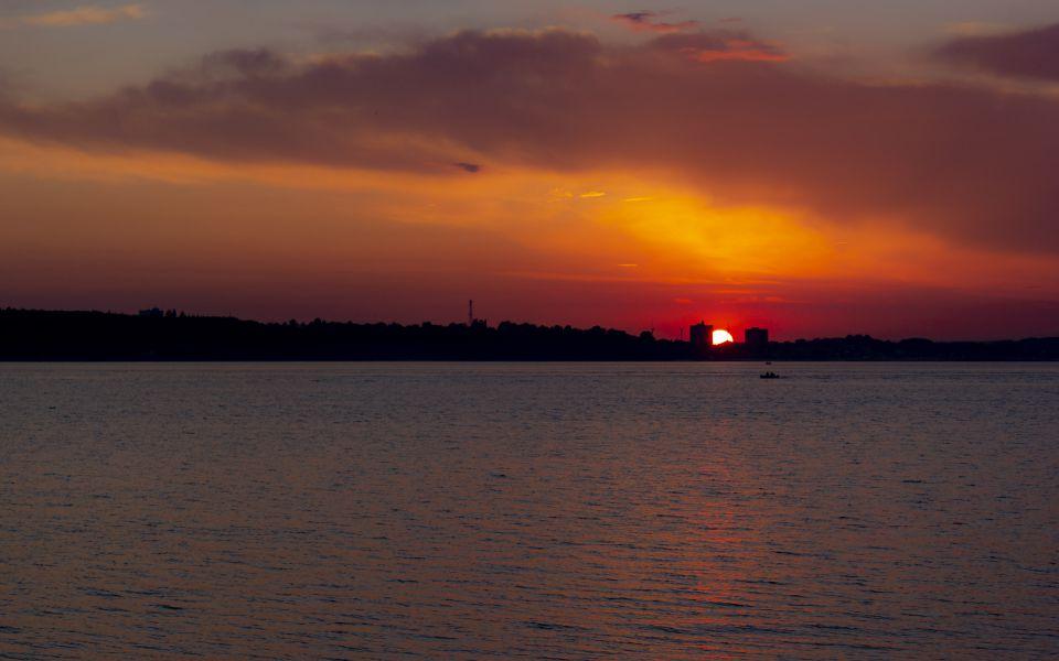 Hintergrundbild - Roter Himmel über der Förde