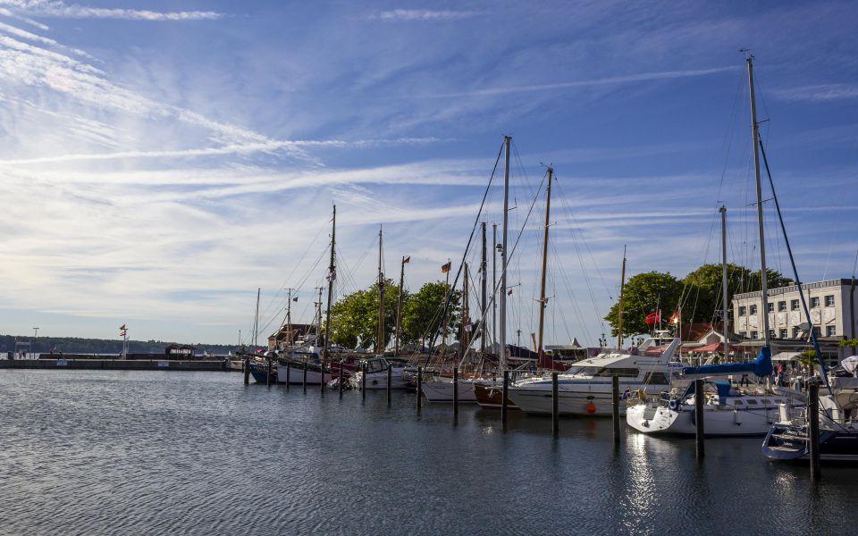 Hintergrundbild Schiffe im Hafen von Laboe