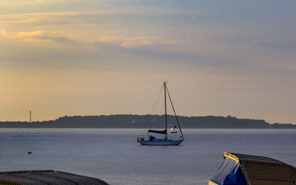Hintergrundbild - Segelboot vor Laboe