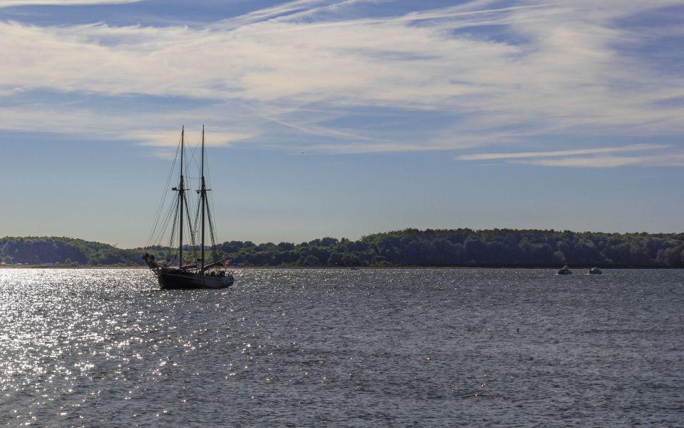 Hintergrundbild Segelschiff bei der Hafeneinfahrt