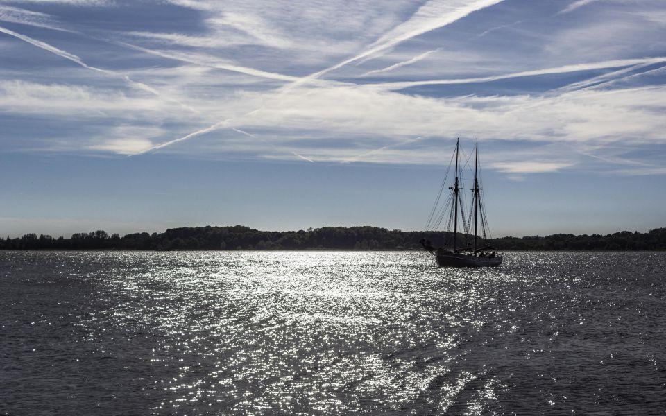 Hintergrundbild Segelschiff vor Laboe