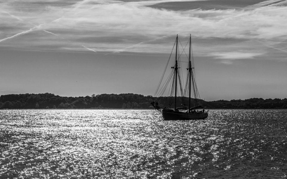 Hintergrundbild Segelschiff vor Laboe schwarzweiß