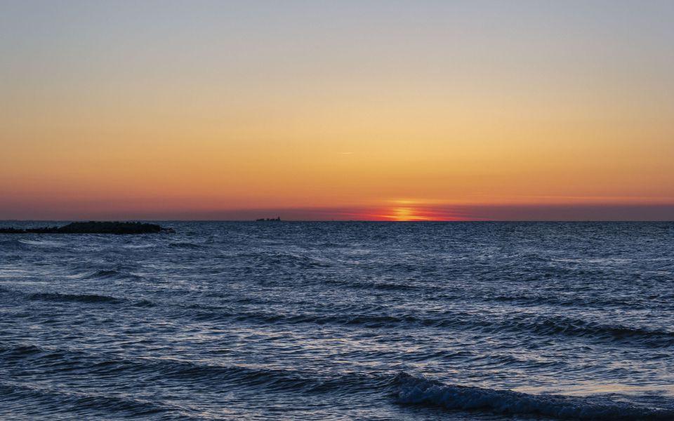 Hintergrundbild Sonnenuntergang über der Ostsee