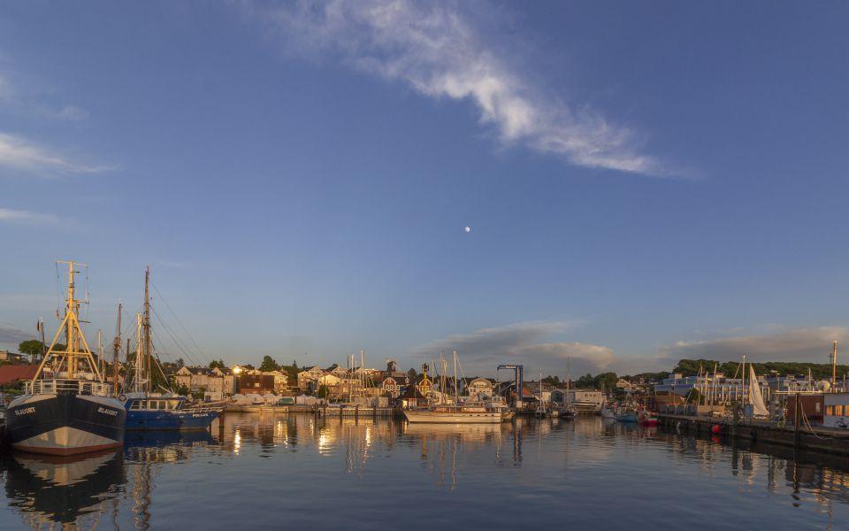 Hintergrundbild - Sonnenuntergang im Hafen von Laboe