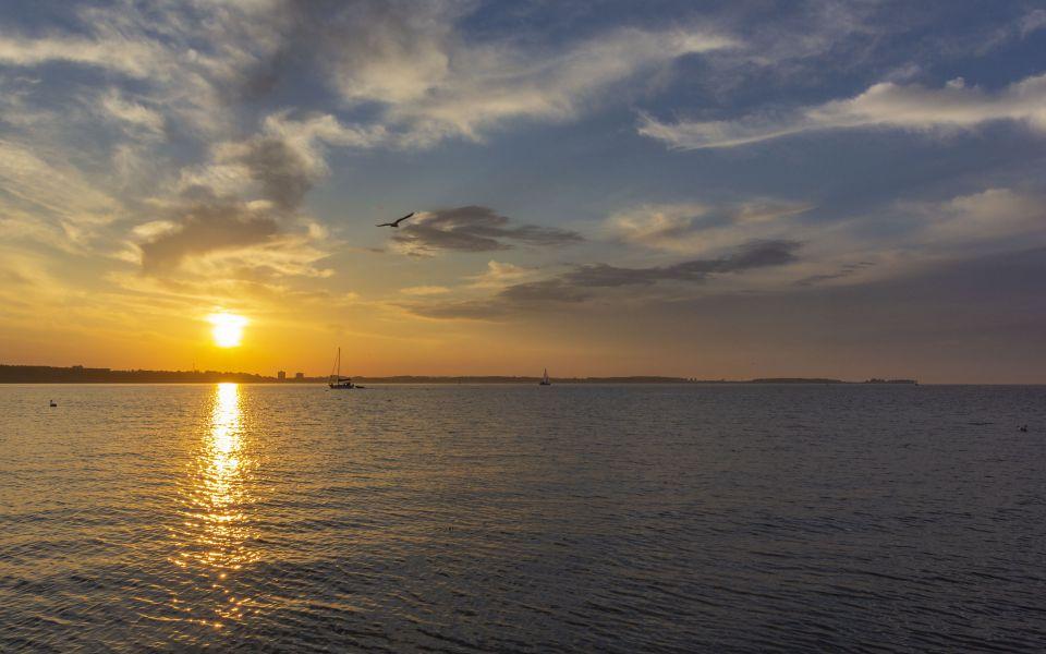 Hintergrundbild - Sonnenuntergang mit tollen Wolken