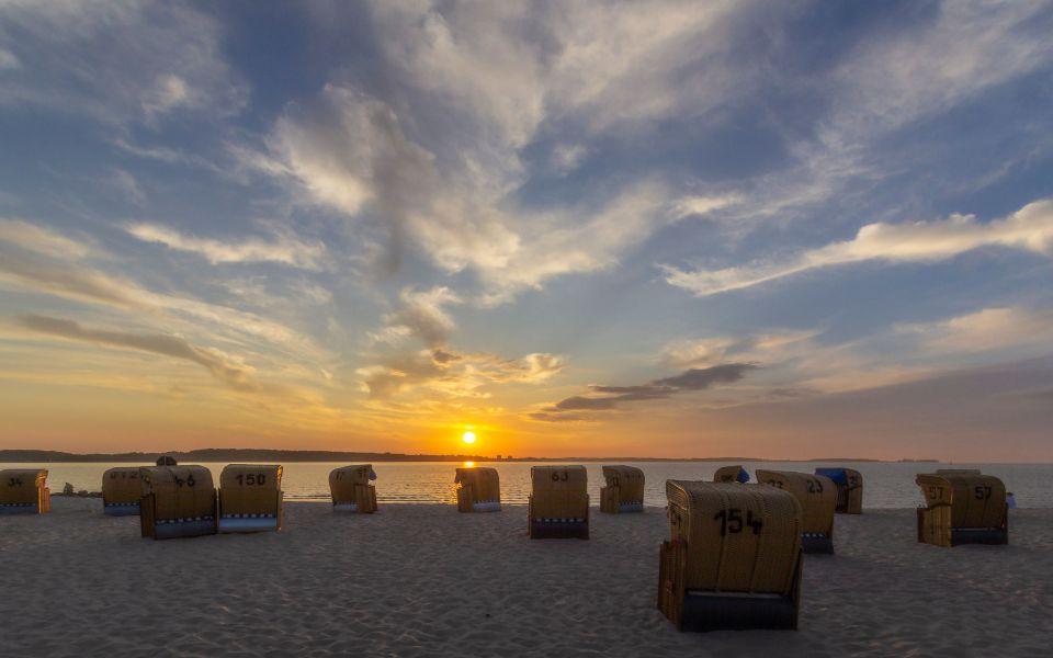 Hintergrundbild - Sonnenuntergang vor Strandkörben