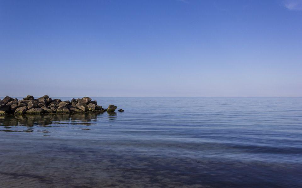 Hintergrundbild Stille Wasser an der Ostsee