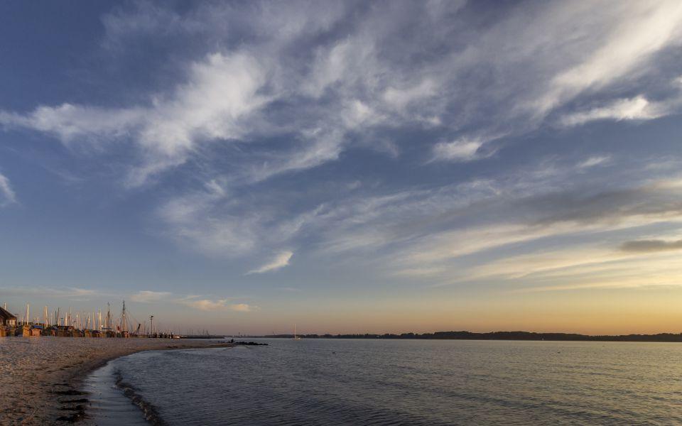 Hintergrundbild - Strand von Laboe am Abend