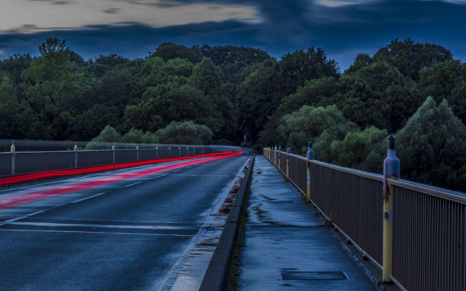 Hintergrundbild - Vorbeifahrt in Langzeitbelichtung