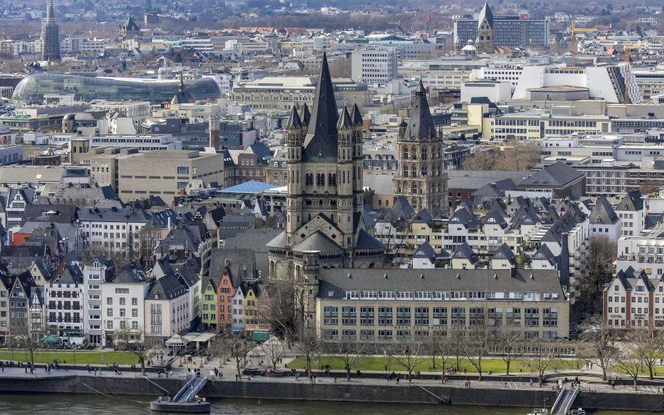 Hintergrundbild - Kölner Altstadt mit Groß Sankt Martin