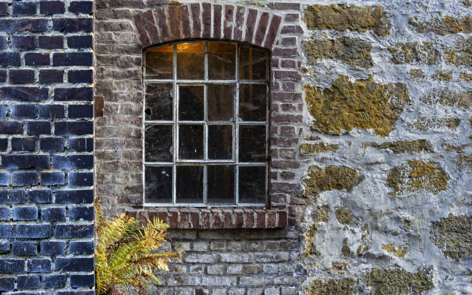 Hintergrundbild - Mühlfenster mit Mauerwerk