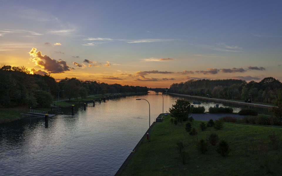 Hintergrundbild - Sonnenuntergang über dem Kanal