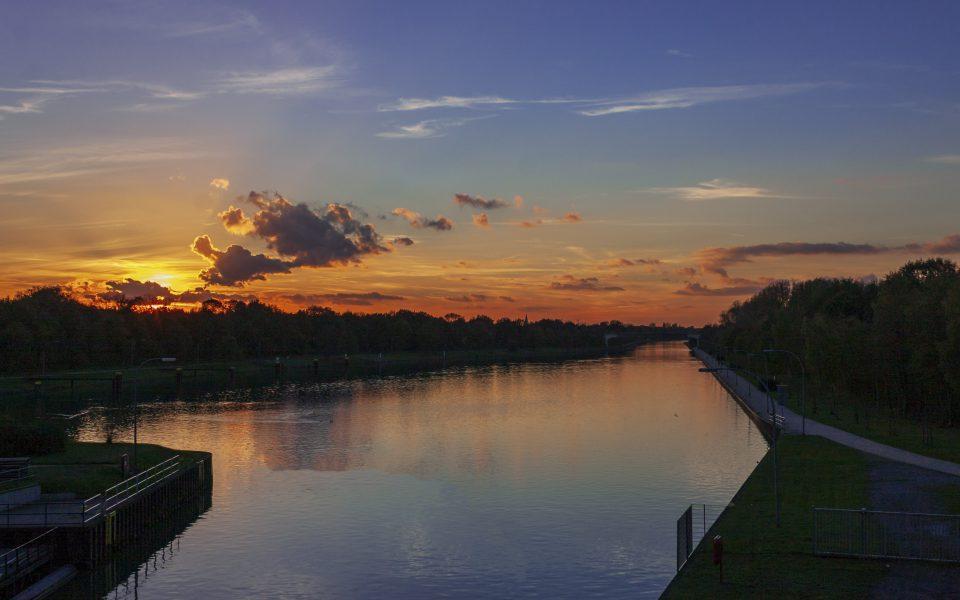 Hintergrundbild - Sonnenuntergang am Kanal