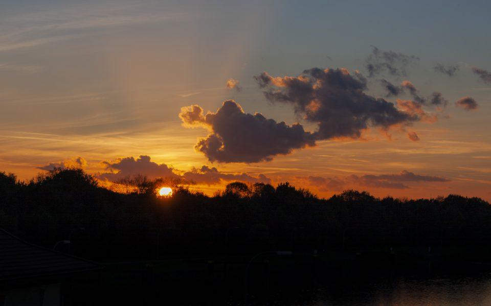 Hintergrundbild - Sonnenuntergang mit Wolken