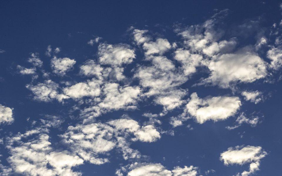 Hintergrundbild - Wolken vor blauem Himmel