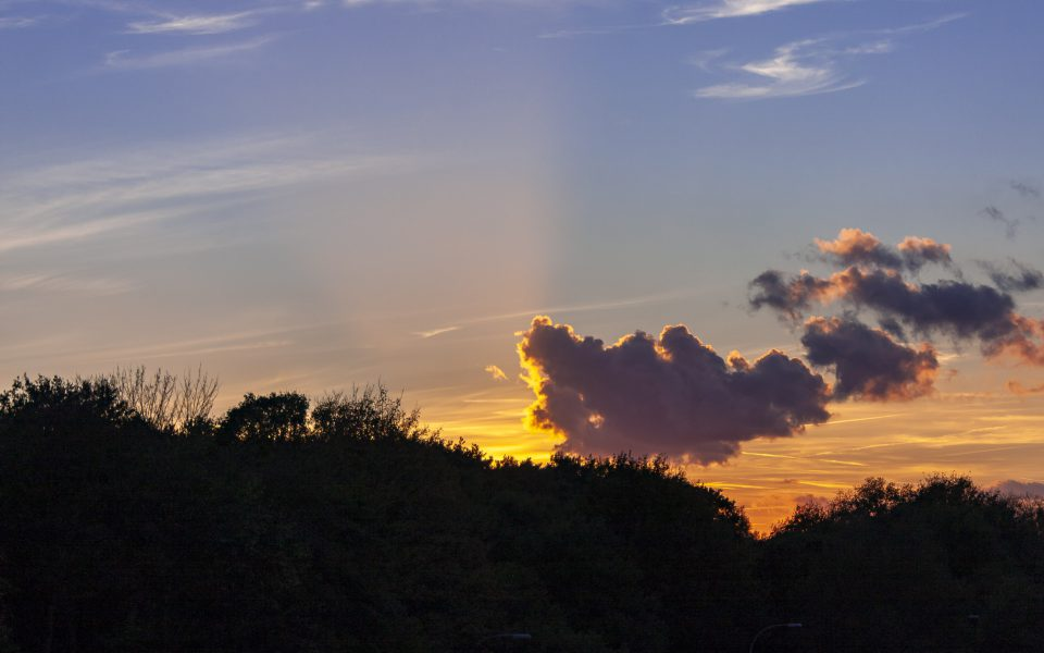 Hintergrundbild - Wolkens vor dem Sonnenuntergang