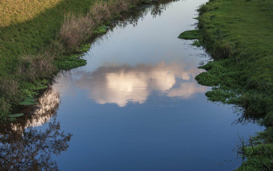 Hintergrundbild - Wolkenspiegelung im Bach