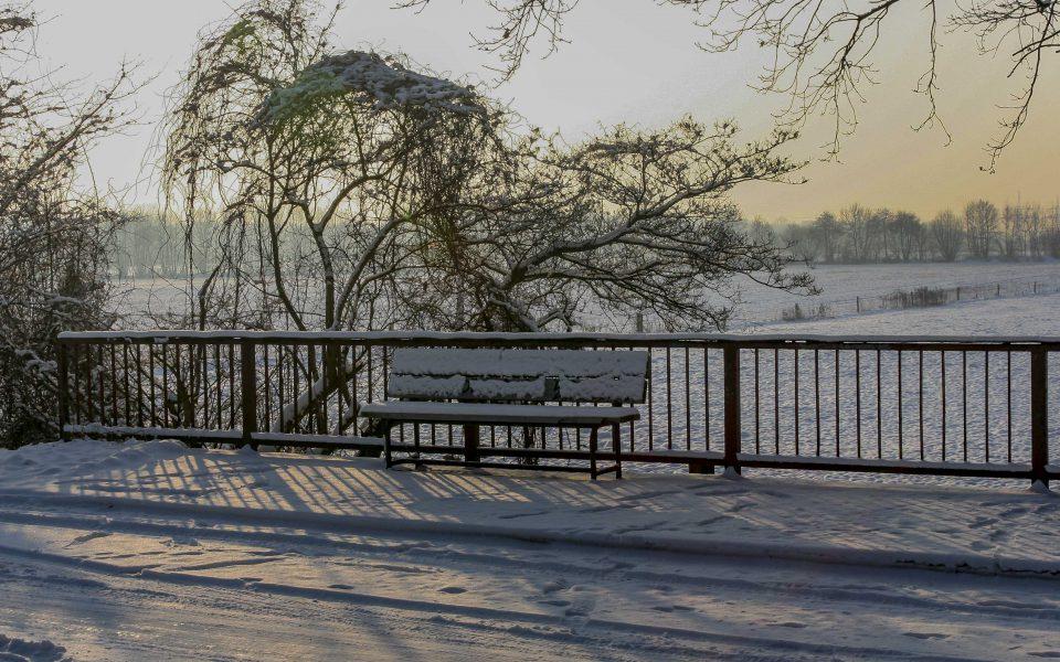 Hintergrundbild - Bank im Schnee