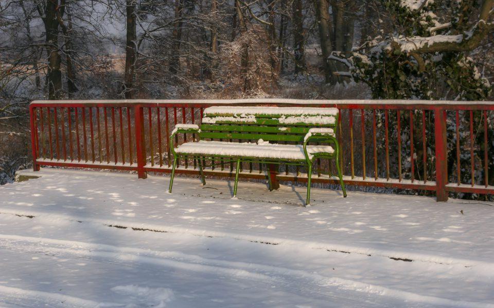 Hintergrundbild - Grüne Bank mit Schnee