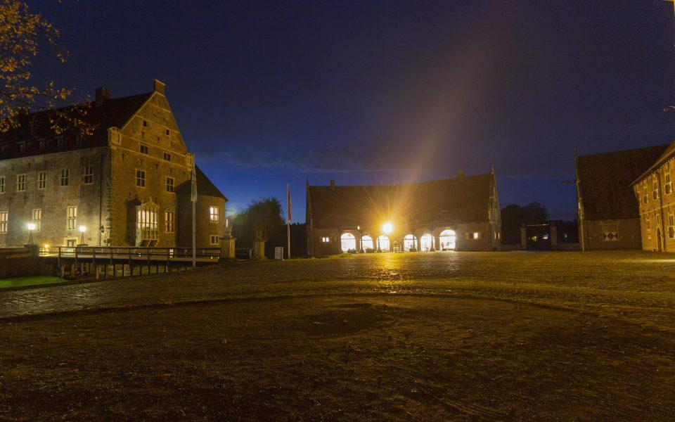 Hintergrundbild - Innenhof Schloss Raesfeld bei Nacht