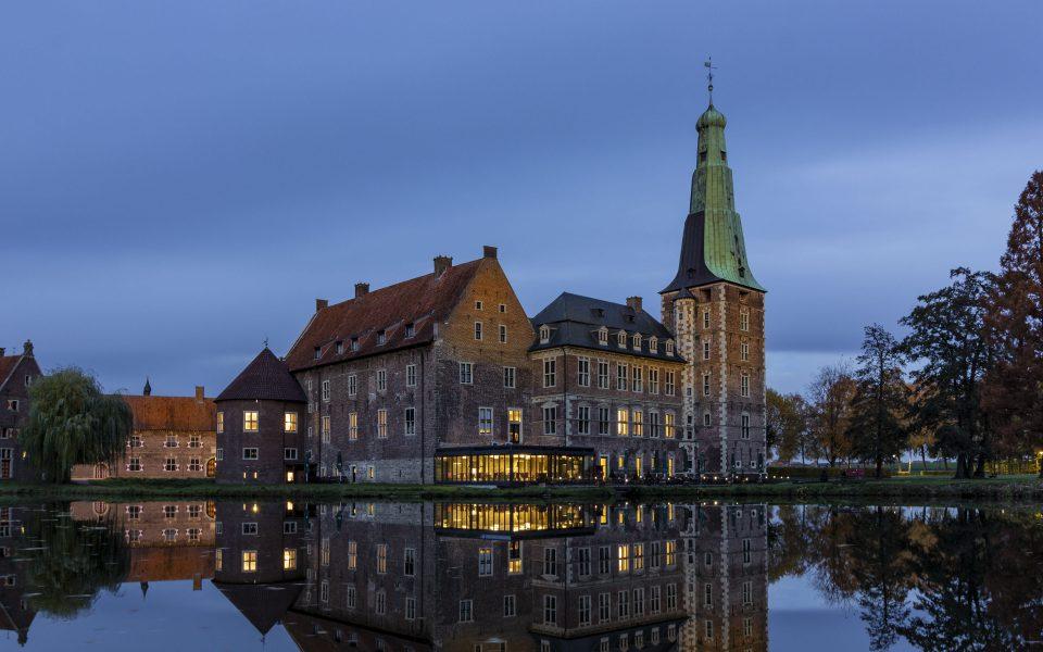 Hintergrundbild - Schloss Raesfeld im Abendlicht
