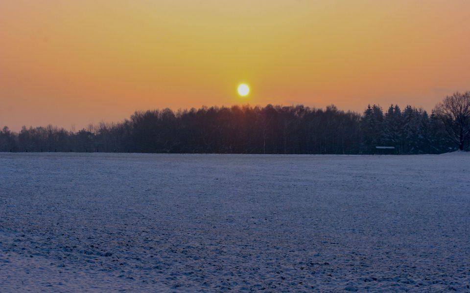 Hintergrundbild - Sonnenaufgang an einem Wintermorgen