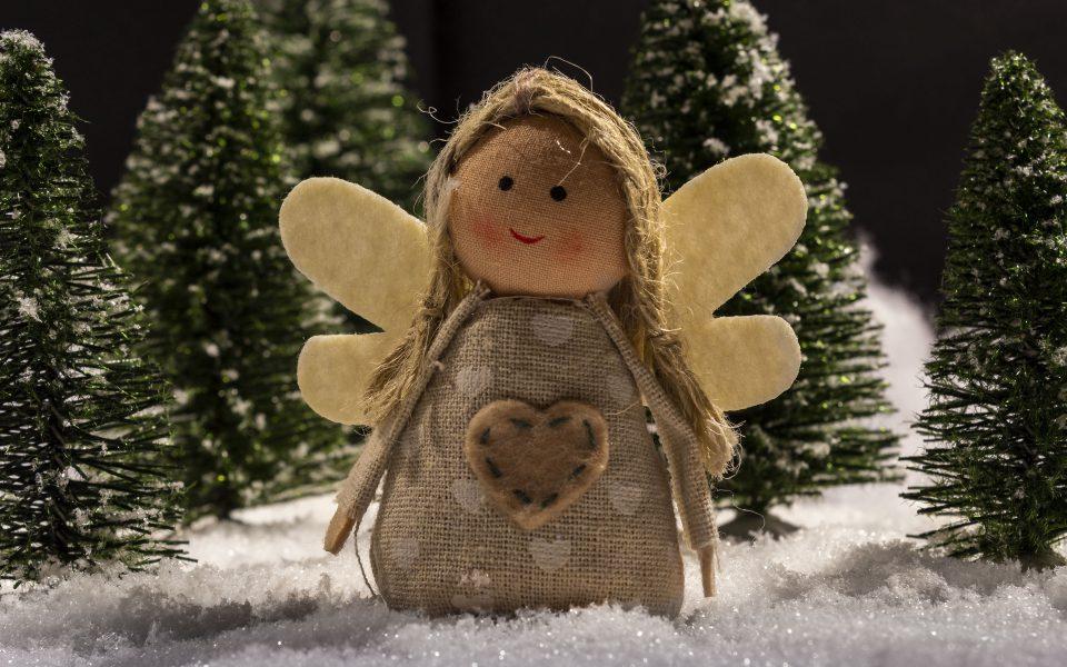 Hintergrundbild - Weihnachten Engelsfigur im Schnee