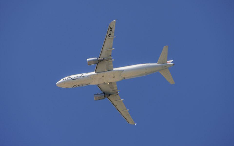 Hintergrundbilder - Flugzeug vor blauem Himmel